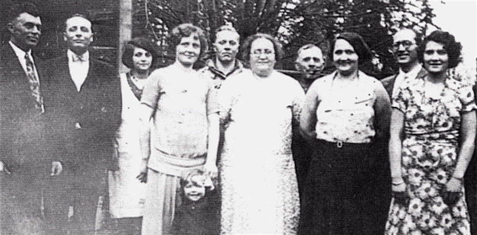 Left to right: Gus Bergman, Henry Smith Pearl Smith, Josie Creighton (Murray), Freddy Smith Wilhomena (Ma), Thomas (Pa), Laura Bergmans (Smith), Bart Creighton, Carrie Smith circa 1929 (photo: http://smithfamhis.blogspot.com )